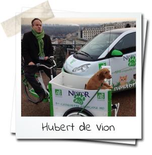 Hubert de Vion et son chien en triporteur